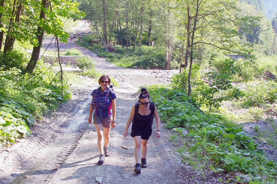 fetele pe un drum forestier - valea pârâului negru
