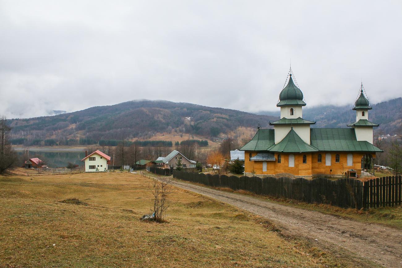 manastire in valea uzului