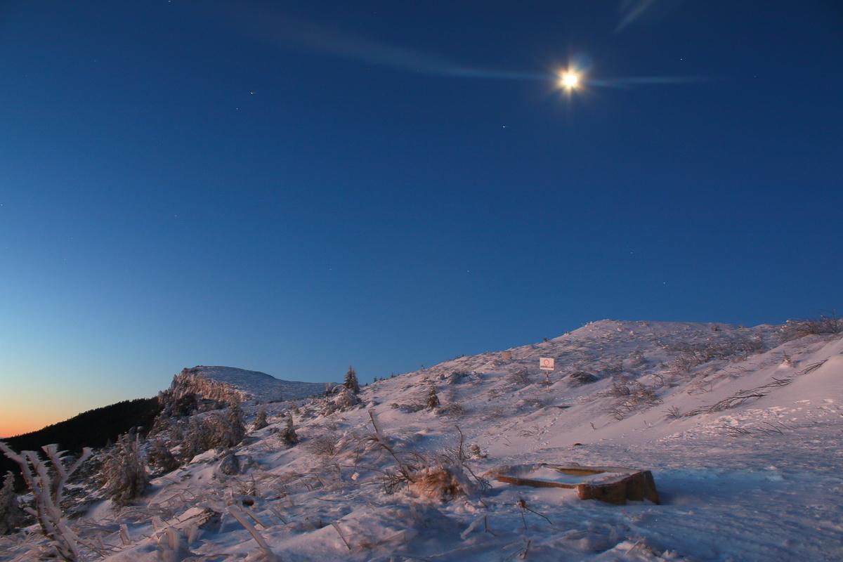 Luna dimineața deasupra Bâtcii lui Ghedeon