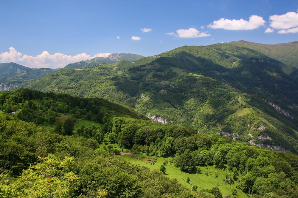 Munții Cernei văzuți dinspre crovuri